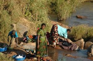 Woda jest noszona do wsi głównie przez kobiety i dzieci z rzeki oddalonej o ok. 1000m od wioski.