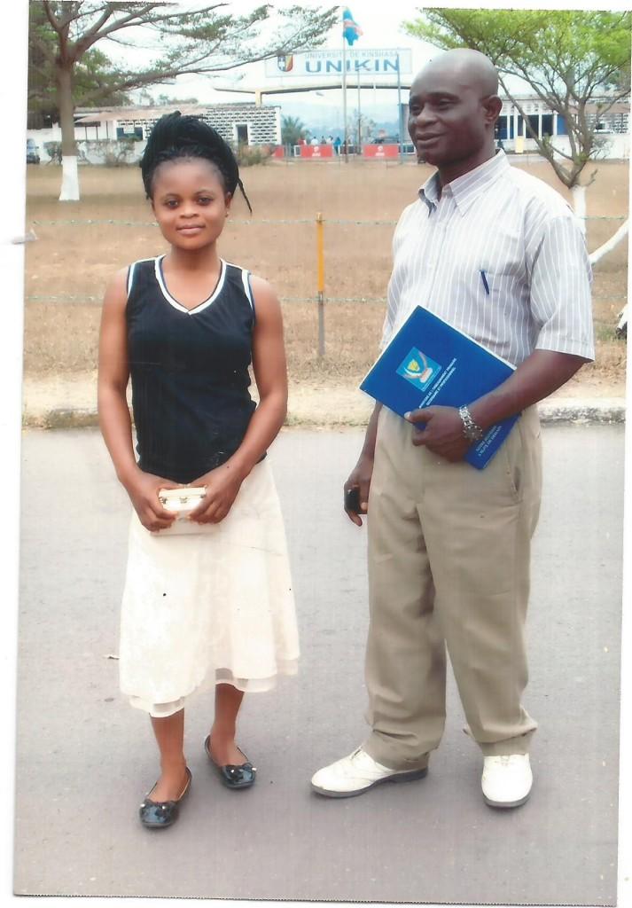 Pierrette wraz z ojcem na tle Uniwersytetu w Kinszasie (sierpień 2016)